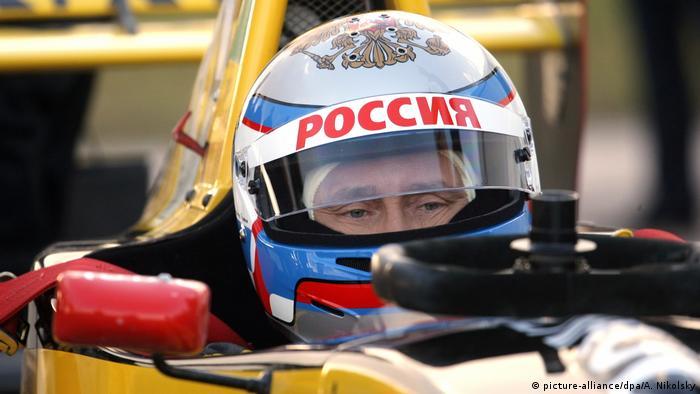 Wladimir Putin bei Testfahrt in Formel 1 Bolide (picture-alliance/dpa/A. Nikolsky)