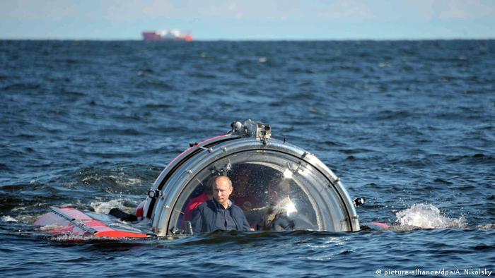Wladimir Putin im U-Boot (picture-alliance/dpa/A. Nikolsky)