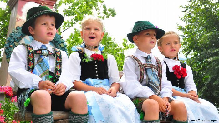 Deutschland Bayern Kinder in Trachten (picture-alliance/Arco Images)