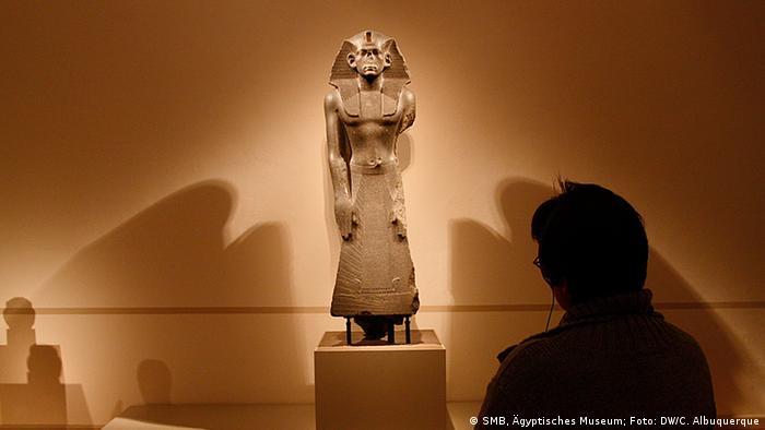 Estátua de culto do faraó Amenemés 3°
