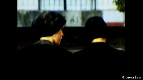 Η λέξη «τίχελ» σημαίνει στα γίντις μαντίλι για πιστές Εβραίες. Αυτή η φωτογραφία της Λέορα Λάορ είναι από την υπερορθόδοξη γειτονιά της Ιερουσαλήμ Μέα Σεαρίμ. Σύμφωνα με τους θρησκευτικούς κανόνες, τα μαλλιά της γυναίκας μπορεί να τα βλέπει μετά τον γάμο μόνο ο σύζυγος. Ο τρόπος που καλύπτονται ποικίλει: με απλό μαντίλι, με καπέλο ή με περούκα.