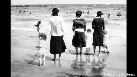 Εβραίες στην παραλία του Κόνεϊ Άιλαντ της Νέας Υορκης φωτογραφημένες από την Φεντερίκα Βαλαμπρέγκα. Όλες φορούν μαντίλι, ωστόσο τα μαλλιά τους προεξέχουν. Οι παραλλαγές του καλύμματος της κεφαλής είναι πολλές, η ελευθερία και η δημιουργικότητα μεγάλες.