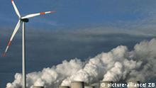 ARCHIV - Ein Windrad dreht sich vor den Kühltürmen des Kraftwerkes der Vattenfall-Kraftwerke Europe AG im brandenburgischen Jänschwalde (Archivfoto vom 08.12.2006). So eindringlich wie nie zuvor warnt der UN- Klimarat IPCC in seinem jüngsten Bericht vor der Erderwärmung. Die Erderwärmung ist nicht mehr aufzuhalten, selbst im günstigsten Fall steigt sie weiterhin an. Die Durchschnittstemperatur der Jahre 2090 bis 2099 wird je nach Szenario und politischer Entwicklung beim Klimaschutz um 1,1 bis 6,4 Grad Celsius höher liegen als im Durchschnitt der Jahre 1980 bis 1999. Foto: Patrick Pleul (zu dpa-Themenpaket zur UN-Klimakonferenz in Posen vom 20.11.2008) +++(c) dpa - Bildfunk+++