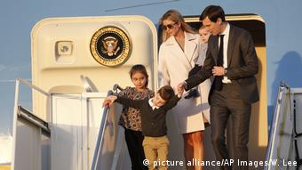 Ivanka Trump, Jared Kushner - Air Force One (picture alliance/AP Images/W. Lee)