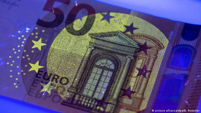 New 50 euro banknote under ultraviolet light (picture alliance/dpa/B. Roessler)