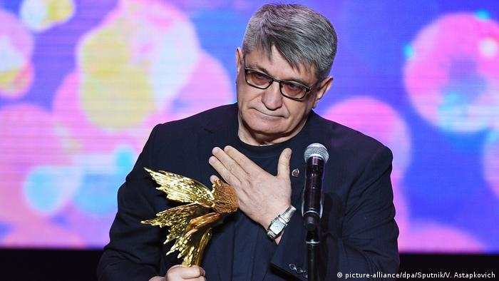 Alexander Sokurow with a film trophy (picture-alliance/dpa/Sputnik/V. Astapkovich)