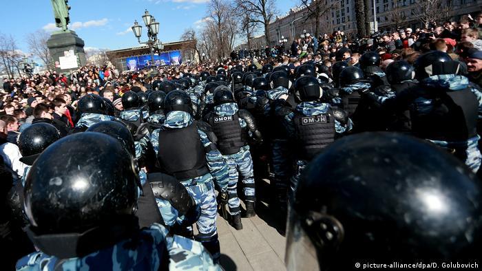 Бойцы Росгвардии во время акции протеста 26 марта 2017 года