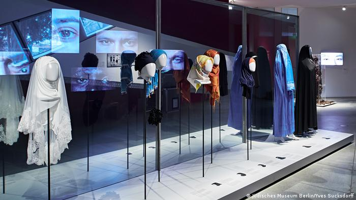 Разнообразные хиджабы на выставке в Еврейском музее Берлина