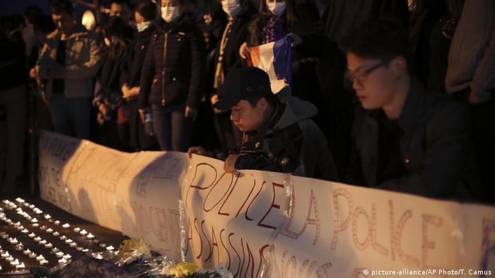 Frankreich Paris Mahnwache (picture-alliance/AP Photo/T. Camus)