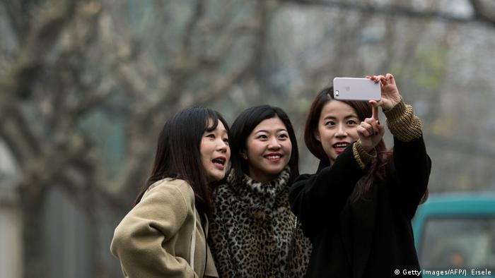 China junge Frauen machen Selfie Symbolbild (Getty Images/AFP/J. Eisele)