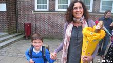 Deutschland Anabel Cornago und ihr autistischer Sohn Erik in Hamburg