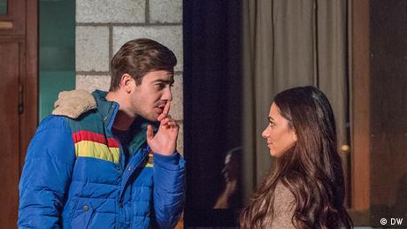 Nico und Selma unterhalten sich miteinander. (DW)