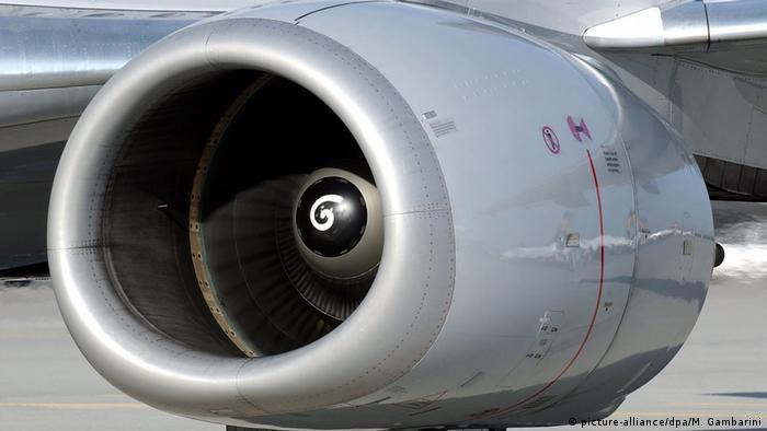 Lufthansa Boeing 737 Triebwerk (picture-alliance/dpa/M. Gambarini)