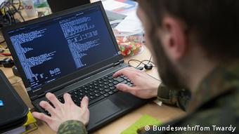 Военнослужащий бундесвера перед компьютером