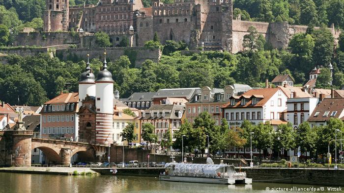 Su ubicación es idílica: junto al río Neckar, con un puente antiguo, un castillo y un centro histórico que atrae a los turistas desde el siglo XIX. Incluso los poetas y escritores germanos, como Goethe, Hölderlin, Heine y Hegel estaban fascinados con esta pequeña ciudad, que es visitada por casi 12 millones de turistas cada año.