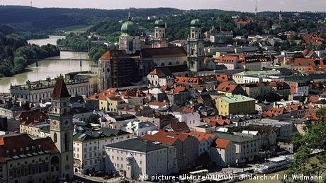 Tres ríos confluyen en Passau: Ilz, Eno y Danubio, formando un estrecho que dio lugar al centro histórico barroco de Passau en el siglo XVII. La cantidad de iglesias, monasterios y conventos (en total 50) es uno de los rasgos más llamativos de esta ciudad. La catedral de San Esteban cuenta con el órgano más antiguo del mundo.