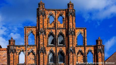 Lübeck y Wismar tienen mucho en común: ambas se hallan junto al agua y fueron declaradas Patrimonio de la Humanidad por la Unesco. El material predominante es el ladrillo morado. Especialmente interesantes son sus tres catedrales en estilo gótico, el puerto y el centro histórico con sus bellas fachadas.