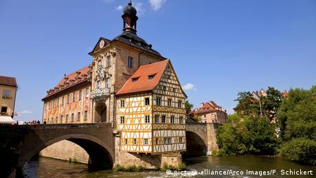 El corazón del centro histórico de Bamberg es un antiguo ayuntamiento. Se dice que el obispo local no quería que una alcaldía, y no concedió el terreno para su edificación. Los ciudadanos de entonces construyeron el edificio en medio del río, que en la actualidad pertenece a los 2.000 edificios pertenecientes al Patrimonio de la Humanidad por la Unesco.