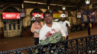 Verletzter Mann nach Anschlägen in Bombay (Foto: AP)