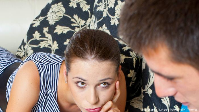 Junges Paar auf dem Sofa (picture-alliance/blickwinkel/K. Thomas)