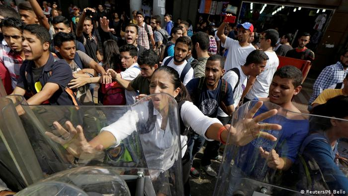 Venezuela Ausschreitungen zwischen Demonstranten und Polizei in Caracas