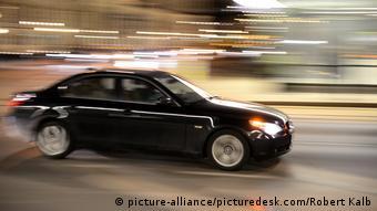 Ein schwarzer BMW, der schnell fährt