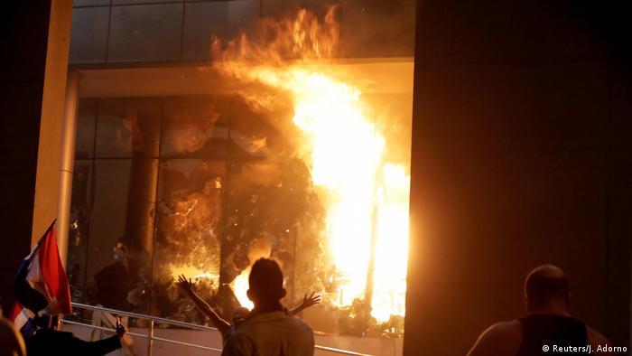Paraguay Protestierende verbrennen das Parlament (Reuters/J. Adorno)