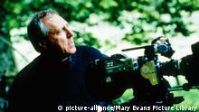 Peter Greenaway bei den Dreharbeiten von '8 1/2 Frauen'