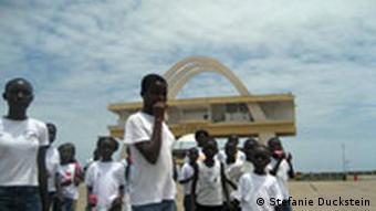 Ghana Öl Sie werden profitieren: Schüler auf dem Platz der Unabhängigkeit in Accra Foto: Stefanie Duckstein / DW