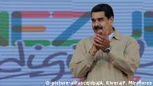 HANDOUT - Venezuelas Präsident Nicolas Maduro klatscht am 31.03.2017 in Caracas (Venezuela) in die Hände. Nach der Entmachtung des Parlaments spitzt sich der Konflikt in Venezuela zu. Am 01.04.2017 wollen Hunderttausende gegen Maduro auf die Straße gehen. Dieser berief den Sicherheitsrat ein. (Zu dpa «Riss in Venezuela-Führung - Maduro ruft Sicherheitsrat ein» vom 01.04.2017) ACHTUNG: Nur zur redaktionellen Verwendung im Zusammenhang mit der aktuellen Berichterstattung und nur bei Nennung: «Foto: Foto: Anebert Rivera/Prensa Miraflores/dpa +++(c) dpa - Bildfunk+++ | Verwendung weltweit