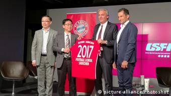 Deutschland | FC Bayern startet Football School in Shenzhen (picture-alliance/Photoshot)