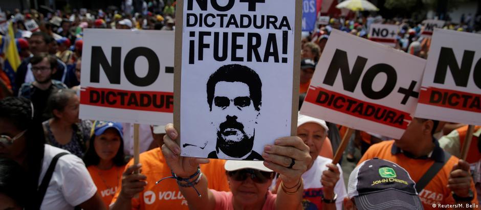 Venezuelanos foram às ruas em Caracas no sábado em protesto contra Maduro