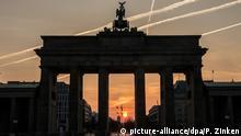 Im Licht der aufgehenden Sonne ist am 02.04.2017 in Berlin das Brandenburger Tor nur als Silhouette zu erkennen. Foto: Paul Zinken/dpa +++(c) dpa - Bildfunk+++ | Verwendung weltweit