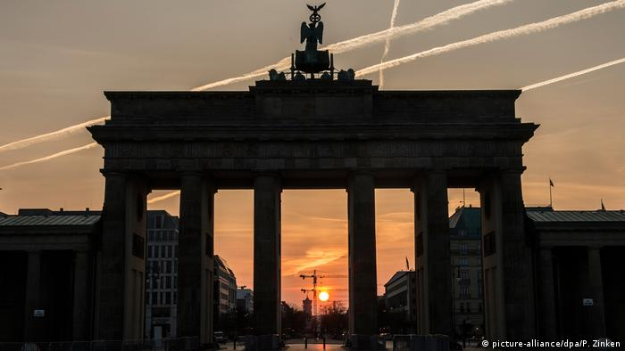 Schattenbild Brandenburger Tor (picture-alliance/dpa/P. Zinken)