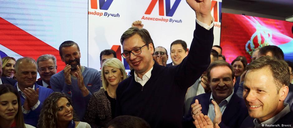 Vucic já celebra vitória ao lado de seus partidários em Belgrado