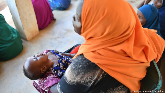 Frau mit hungerndem Kind