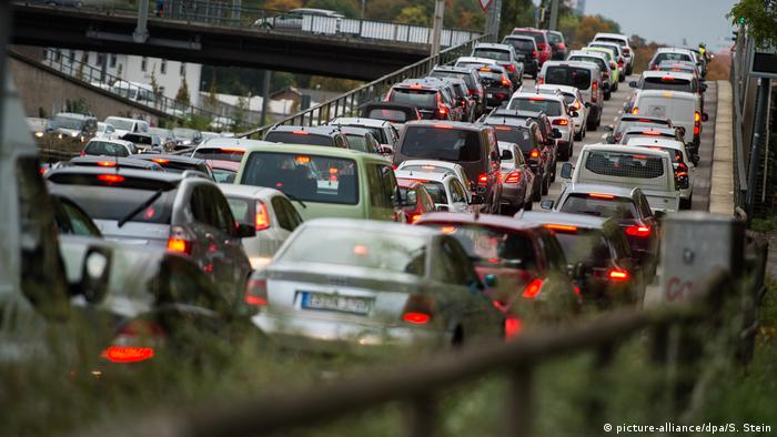 Rush hour traffic jam in Stuttgart (picture-alliance/dpa/S. Stein)