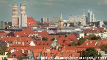 Hausdächer von Privathäusern und Gewerbehäusern sowie Türme der Frauenkirche in der Innenstadt München, Bayern, Deutschland | Verwendung weltweit