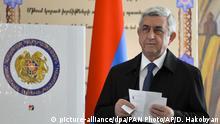 02.04.2017*****Armenias Präsident Sersch Sargsjan hält am 02.04.2017 in Jerewan (Armenien) in einem Wahllokal bei seiner Stimmenabgabe einen Wahlzettel in den Händen. Nach der Parlamentswahl in Armenien hat die regierende Republikanische Partei von Präsident Sargsjan den Sieg für sich reklamiert. Foto: Davit Hakobyan/PAN Photo/AP/dpa +++(c) dpa - Bildfunk+++ |