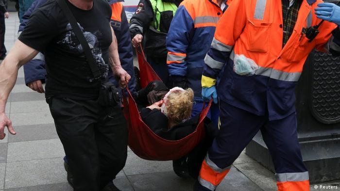 Медики несут пострадавшего от взрыва в метро