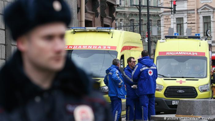 Машины скорой помощи и полицейский