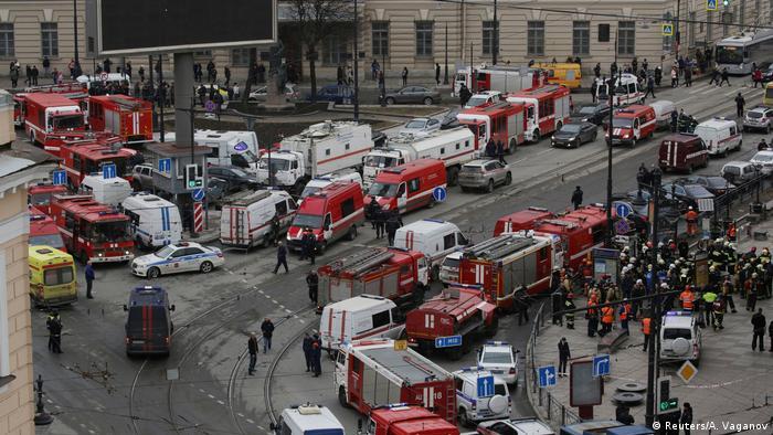 Машины полиции и скорой помощи у станции метро в Петербурге
