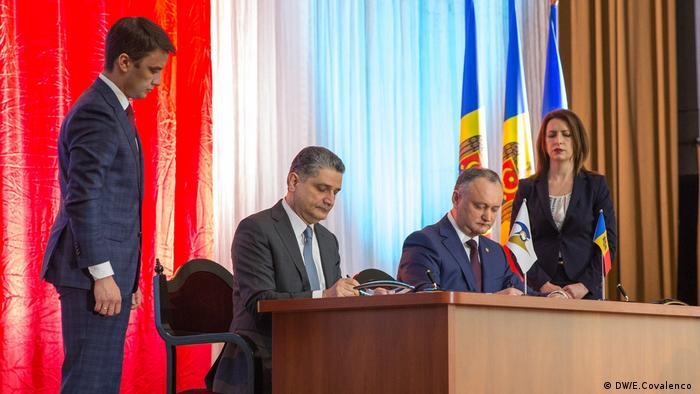 Igor Dodon și Tigran Sarkisyan semnează memorandumul (DW/E.Covalenco )