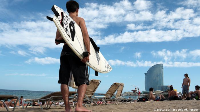 Spanien Barcelona Surfen (picture-alliance/dpa/R. Jensen)