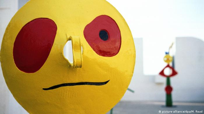 A yellow garbage can lid made into a face by Joan Miro (picture-alliance/dpa/M. Read)