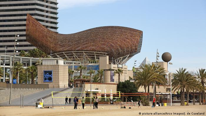 Frank Gehry's Golden Fish sculpture at Port Olimpic in Barcelona (picture-alliance/Arco Images/J. de Cuveland)