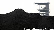 ARCHIV- Steinkohle wird am 07.11.2011 vor dem Förderturm der Zeche Prosper-Haniel in Bottrop gelagert. Foto: Roland Weihrauch dpa (Zu dpa Deutschlands letzte Zechen: Tausende weitere Jobs fallen weg) +++(c) dpa - Bildfunk+++   Verwendung weltweit