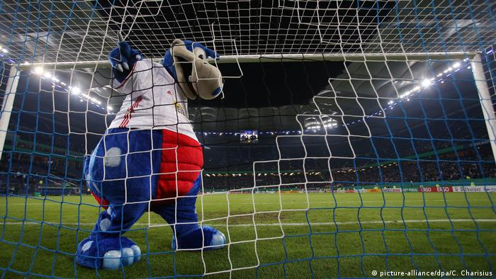 A dinosaur mascot on the pitch (picture-alliance/dpa/C. Charisius)