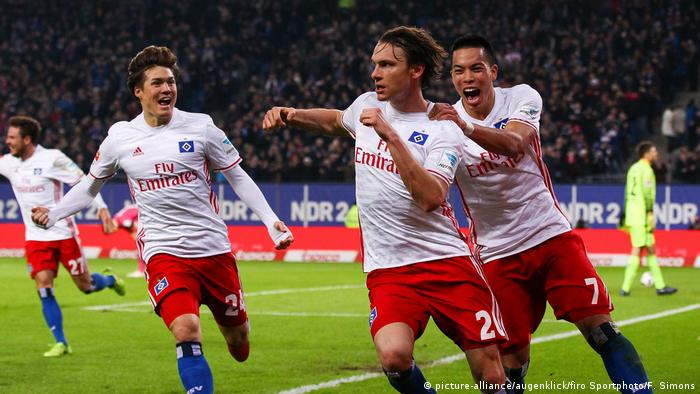 Players of Hamburg are celebrating after having scored a goal(picture-alliance/augenklick/firo Sportphoto/F. Simons)
