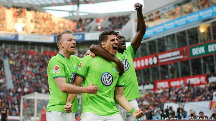 players of Wolfsburg celebrating a goal (picture-alliance/AA/I. Fassbender)